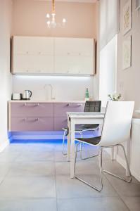 Home staging ma być opłacalny więc często jest to tylko eliminacja kilku mebli żeby pokazać przestrzeń i rozkład mieszkania Stare mieszkania mają naprawdę świetny rozkład biją tym na głowę nowe budownictwo Czasem jest to również zmiana dekoracji albo remont