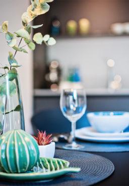 Home staging polega na przygotowaniu nieruchomości do sprzedaży bądź do wynajmu. Celem takiego przygotowania jest zainteresowanie jak największej liczby oglądających nieruchomość, a przez to przyspieszenie sprzedaży lub wynajmu za możliwie najwyższą cenę.